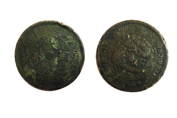 从发掘品上的钱文来看,字形的规整与否,笔画的有力与无力,都与真假无必然联系。在发掘出土的古钱币钱文中,有十分漂亮的字,亦有十分拙朴的字,而这才附合历史的真象。在东汉至三国的墓葬中,常出土有铸铭文的铜镜,其中有许多错字、反字以及至今无法释读的字;为什么不判假?只因为是从墓葬中出土的,假设离开了墓葬出土这个前提,又该如何判别呢?宋以前造钱文的是许许多多普普通通的工匠,而不是固定的一个人造所有的钱文,亦不是书法家,更不是机器,不能要求钱文与今天印刷的字体那么规范。他们会根据自己的技术水平,在范模上造出各种字形